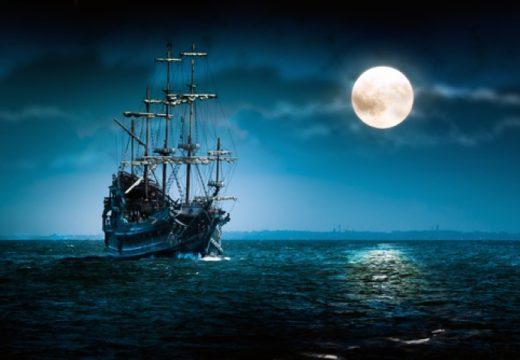 אניה על רקע ירח (Small)