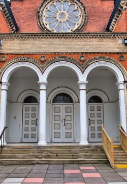 האם מותר לגוי להכנס לבית הכנסת
