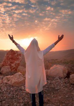 בשעה שלש בלילה עומדים הכפרי וגם המורה על השולחן, שרים ורוקדים בצהלה!…